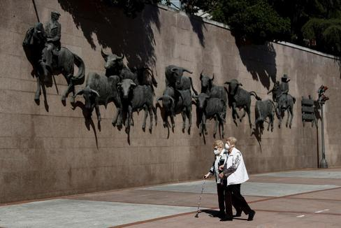 Dos mujeres pasean por la explanada de Las Ventas
