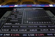 Pantalla de cotización del Ibex 35 en el Palacio de la Bolsa de Madrid.