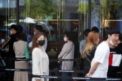 Un grupo de ciudadanos coreanos hacen cola en una tienda de lujo en Gimpo.