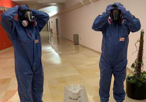 Dos trabajadores de Limpiezas Traumáticas Málaga Grupo Mansof con el traje de protección.