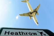 Un avión desciende para aterrizar en el aeropuerto de Heathrow, este de Londres, el 21 de abril.