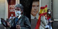 Manifestantes ante la sede del PSOE, en la madrileña calle de Ferraz