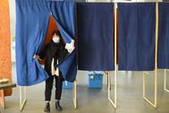 Una mujer con mascarilla prepara su voto durante las elecciones municipales celebradas el 15 de marzo, en Burdeos.