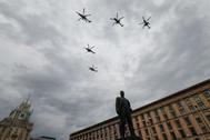 Varios helicópteros sobrevuelan Moscú el 4 de mayo durante un ensayo del desfile aéreo por el Día de la Victoria.