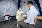 Un empleado del Instituto Robert Koch, que realizó el seguimiento de la 'paciente cero', realiza una prueba de inmunidad.