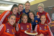 Lola Gallardo (centro, con tarta), celebrando su cumpleaños con la selección en 2019.