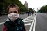 Un niño posa con la mascarilla ante la pandemia de Covid-19 en España