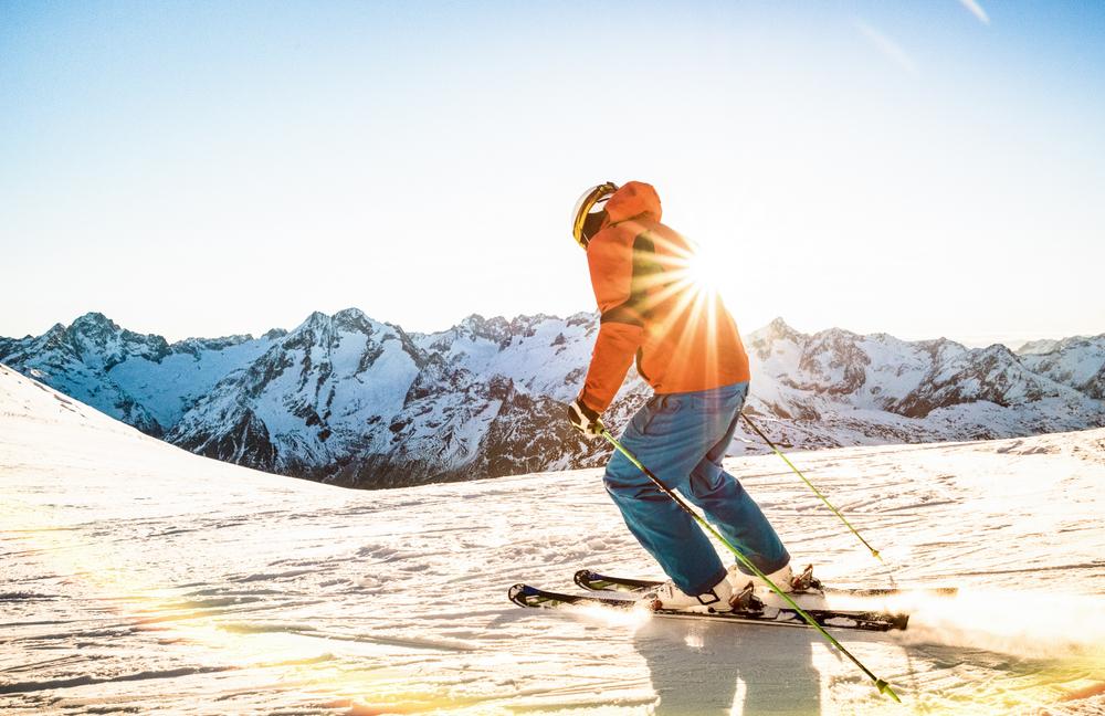 La segunda estación más antigua de Francia, solo por detrás de Chamonix, presume de albergar el glaciar esquiable más grande de Europa, el glaciar de la Lauze, que culmina en los 3.568 metros. En verano, cuenta con doce pistas abiertas entre las 7 de la mañana y las 12:30.