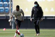 GRAF4207. MADRID.- El delantero brasileño del Real Madrid Vinicius Jr. (i) junto a su entrenador, el francés Zinedine lt;HIT gt;Zidane lt;/HIT gt;, durante el entrenamiento que ha practicado hoy lunes en Valdebebas, en Madrid. LaLiga ***SOLO USO EDITORIAL/NO VENTAS***