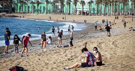 Día de playa en la Barceloneta.