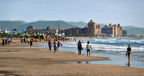 Paseos en la playa valenciana de la Patacona.