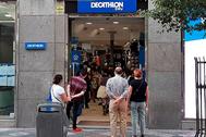 Clientes esperando para entrar en un comercio del centro de Madrid