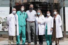 Ortega Smith, este miércoles, con el equipo médico de La Milagrosa tras recibir el alta.
