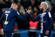 Mbappé y Neymar se saludan tras un gol del PSG.