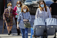 Ciudadanos de Valladolid caminan con mascarillas, este miércoles, por la ciudad.