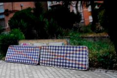 Dos colchones abandonados en el barrio madrileño de Aluche.