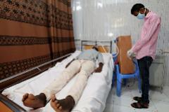 Un joven ingeniero prueba su respirador artesanal con un paciente en Mogadiscio.