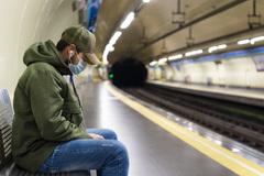 Un viajero del Metro de Madrid con mascarilla para el coronavirus.