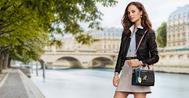 La actriz Alicia Vikander posa con el modelo Twist de Louis Vuitton.