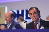 El presidente de OHL, Juan Villar-Mir de Fuentes (d), durante su intervención en la junta de accionistas.