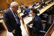 El socialista Rafael Simancas habla con el portavoz de Ciudadanos en el Congreso, Edmundo Bal, el pasado miércoles.