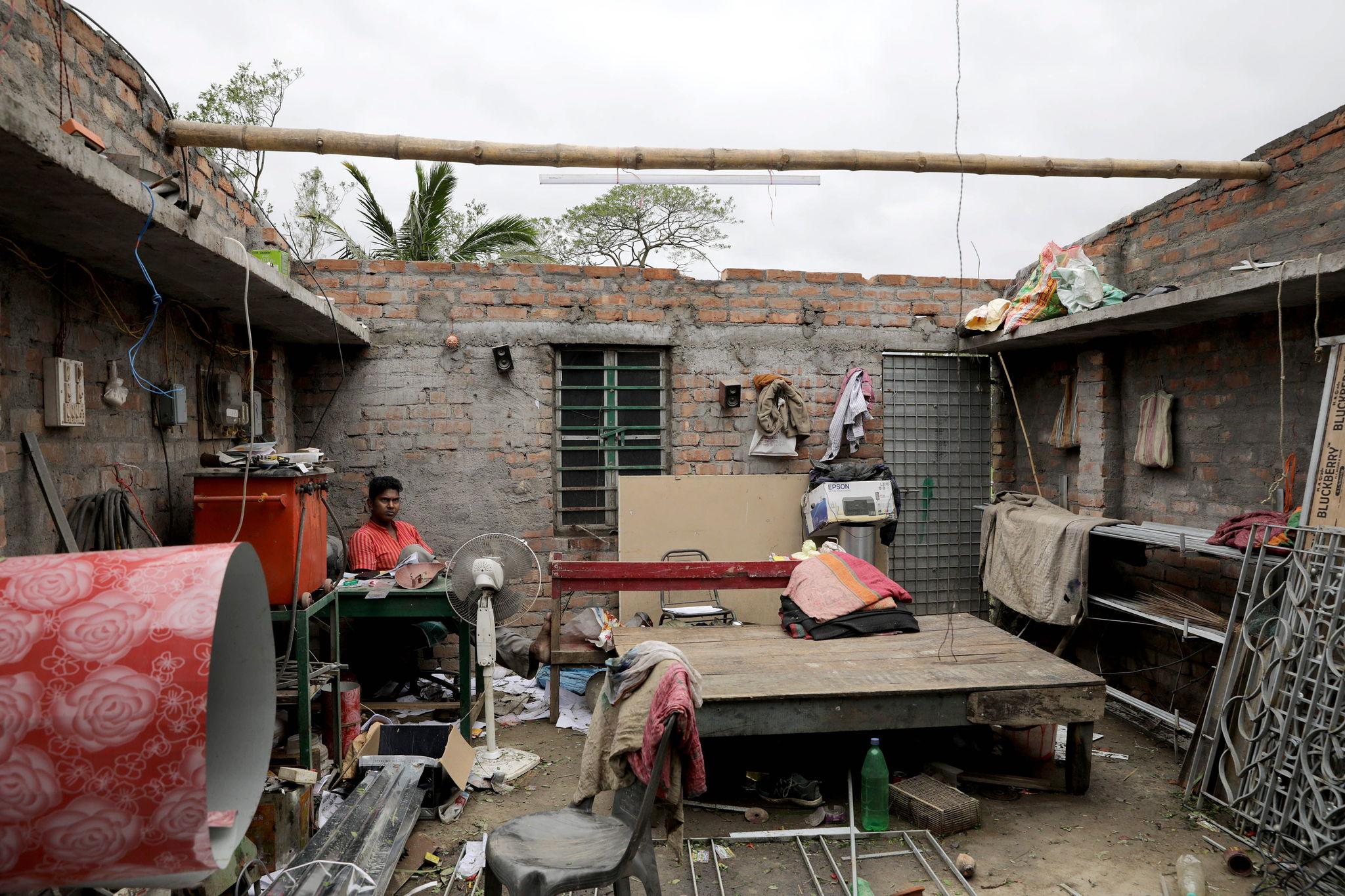 Una víctima del ciclón en su casa, cuyo techo ha sido destrozado por la fuerza del viento. La vivienda se encuentra en el pueblo de Bokkhali, cerca de la Baía de Bengala, en India.