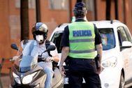Policías controlan en Valencia el uso de las mascarillas obligatorias.