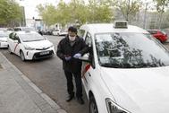 Cola de taxis, a la espera para ser desinfectados