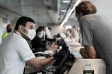 Mascarillas cada cuatro horas, menos equipaje de mano y servicio a bordo limitado