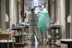 Dos sanitarios entrar en el área Covid del Hospital La Fe.