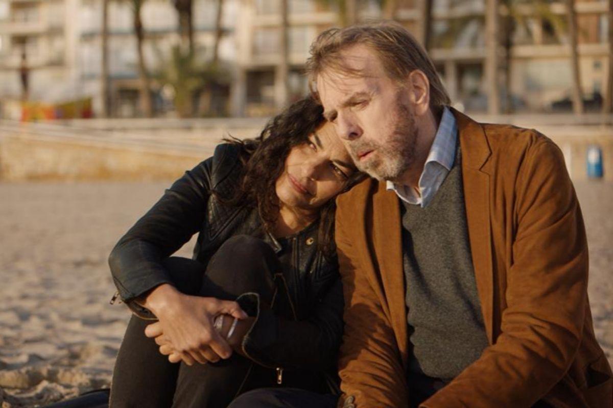 Sarita Choudhury y Timothy Spall en un momento de 'Nieva en Benidorm'.