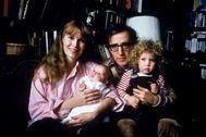 Mia Farrow, Woody Allen, su hijo Satchel y su hija Dylan.