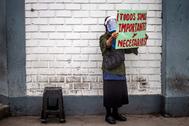 Un sanitario protesta contra la falta de equipamiento, en un hospital de Lima.