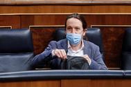 El vicepresidente del Gobierno y líder de Podemos, Pablo Iglesias, en su escaño del Congreso.