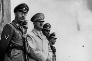 Heinrich Himmler (izda.) con Hitler en una operación en 1941.