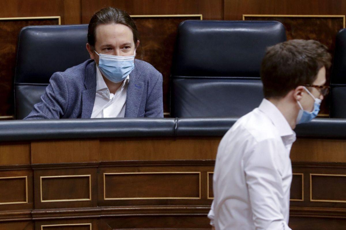 Pablo Iglesias observa a