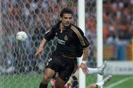 Morientes celebra el primer gol del Madrid al Valencia en la final de París.