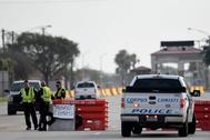 Oficiales de policía establecen un perímetro de seguridad frente a la base aérea.