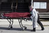 Un operario evacua a un fallecido por Covid-19 de un albergue de Montreal.