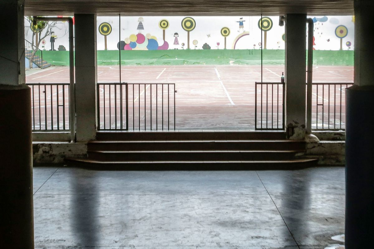 Patio escolar vacío.