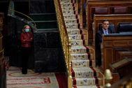 El presidente del Gobierno,  Pedro Sánchez, y la vicepresidenta de Asuntos Económicos, Nadia Calviño, en el Congreso.