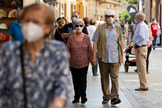 Viandantes con mascarillas por la calle Tetuán de Sevilla.