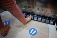 'Mira, mamá, sin manos': este invento permite manejar un ascensor sin tocar los botones