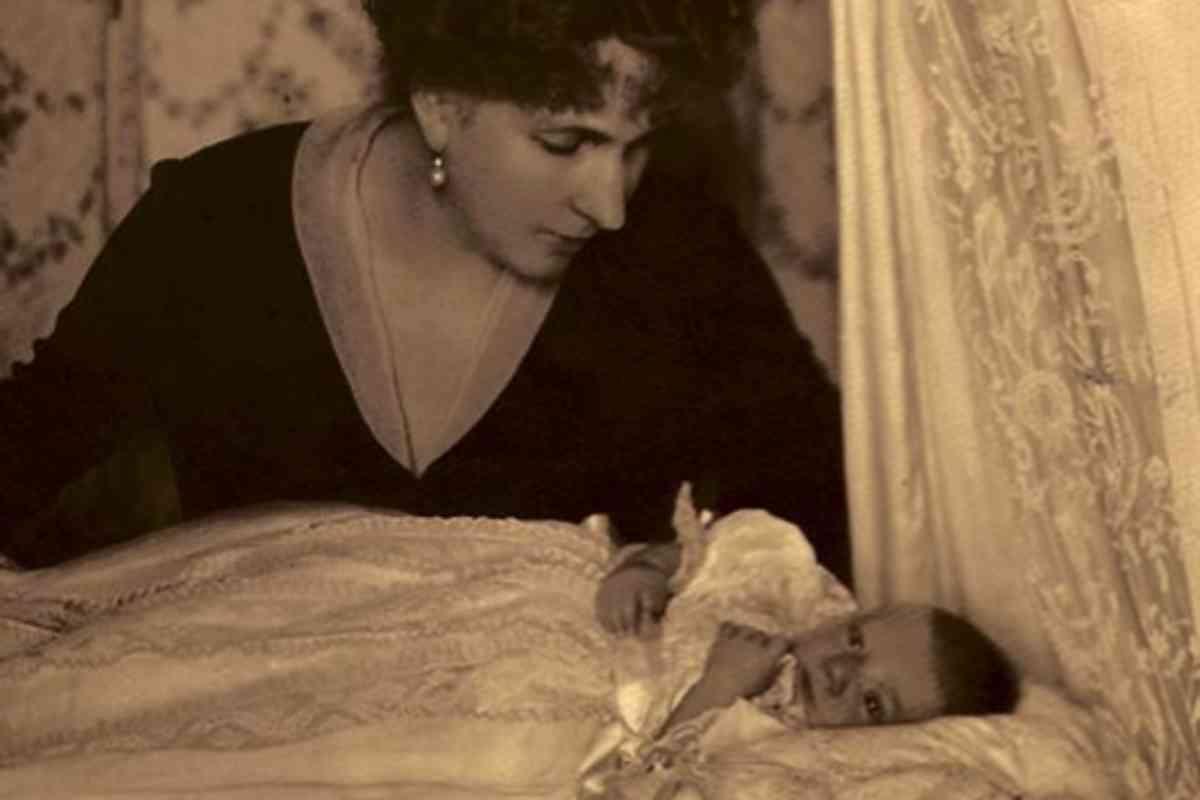 La reina Victoria Eugenia de Battenber con un príncipe Alfonso recién nacido.