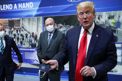 Donald Trump, en la visita a Ford, con la mascarilla en la mano.