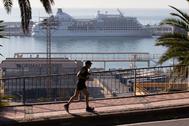 El Seven Seas Navigator, un crucero con 400 pasajeros, en cuarentena en el puerto de Barcelona.