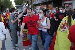 MADRID.- Vecinos del madrileño barrio de lt;HIT gt;Moratalaz lt;/HIT gt; participan hoy miércoles en una nueva cacerolada, en la que ha habido algún altercado, contra del Gobierno por su gestión de la crisis del coronavirus.