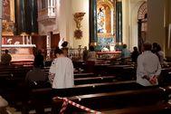 Interior de la parroquia de San Ginés durante la misa de ocho de ayer, jueves, 21 de mayo de 2020. Foto Antonio lt;HIT gt;Lucas lt;/HIT gt;