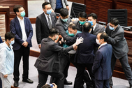 Un diputado pro-democracia es expulsado del parlamento en Hong Kong.