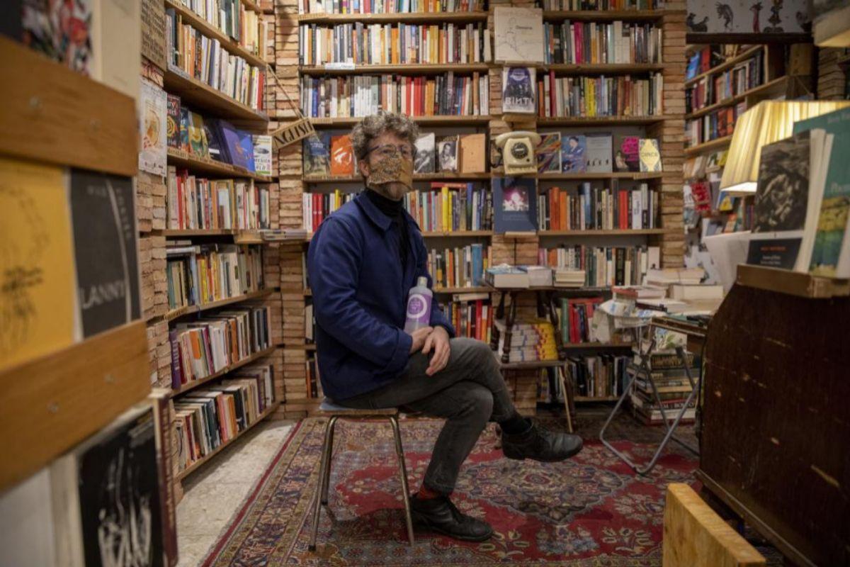 Terry Craven, librero inglés al frente de Desperate Literature, en el centro de Madrid.